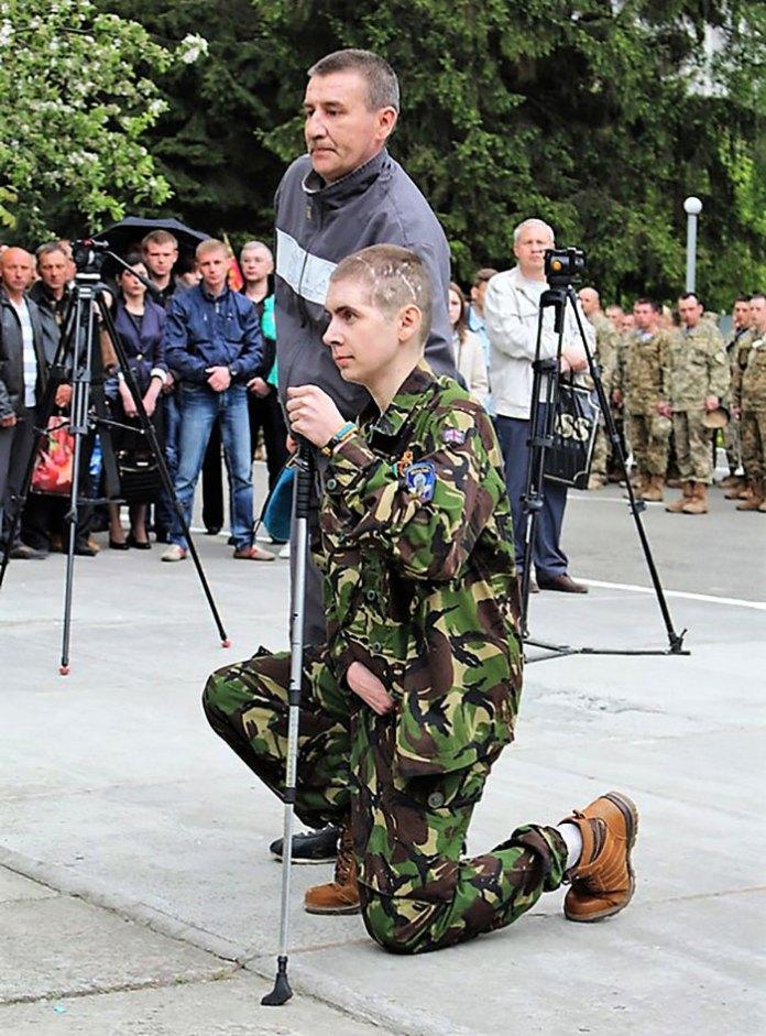 Молодший сержант Олександр Козачок на території 80 одшбр під час дня пам`яті за загиблими десантниками, травень 2016 року