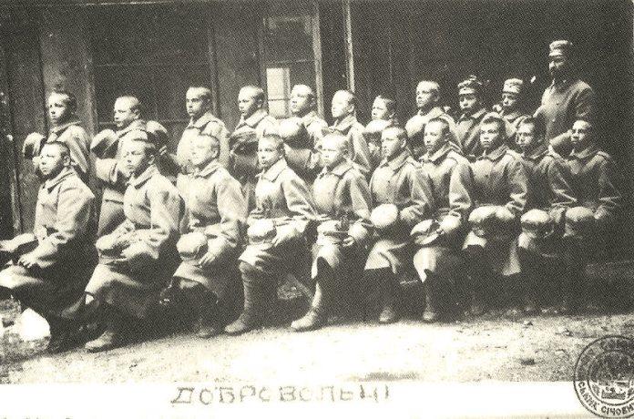 Іван Боберський (у другому ряді перший справа) з добровольцями