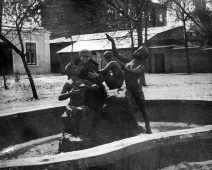 Фонтан на розі вул. Петлюри і Мазепи, 1950-і р. Фото з мережі FB