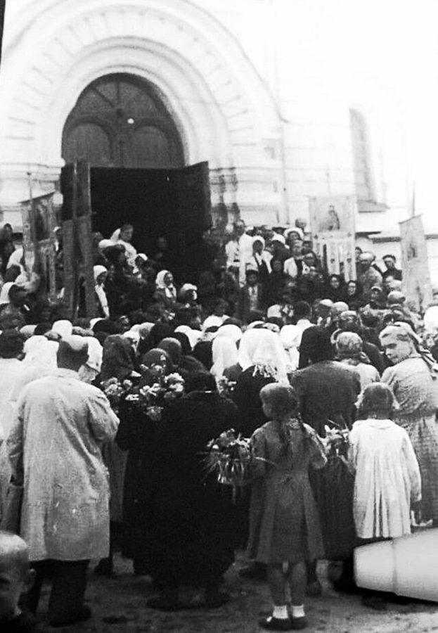 Богослужіння на свято Трійці під час німецької окупації, 1943 рік