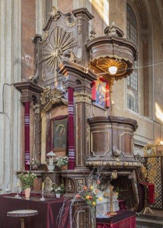 Один з бічних вівтарів та амвон костелу Різдва Пресвятої Богородиці в Комарно