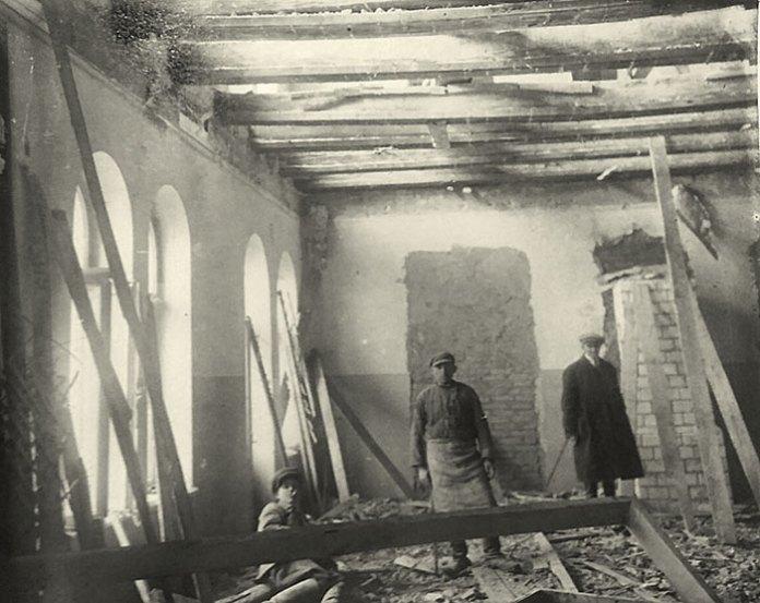 Фото в інтер'єрі під час ремонту. Звідси видно, що роботи велися і на другому поверсі