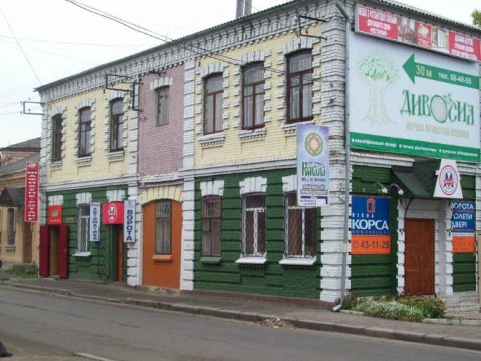 Будинок у цегляному стилі на розі Дорошенка-Соборної «розцвів» усіма барвами