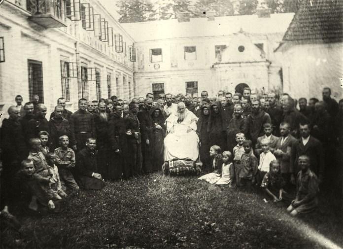 Митрополит Андрей Шептицький з монахами студитами та дітьми-сиротами. Свято-Успенська Унівська Лавра Студійського Уставу