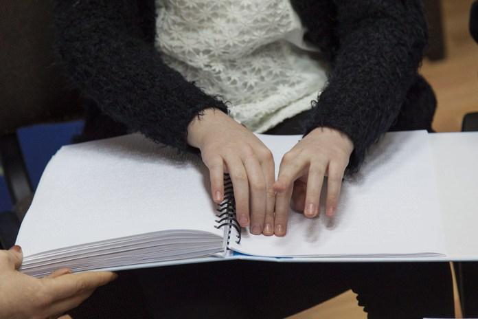 Презентація книги львівської письменниці Лесі Кічури «Добрі мамині казки. Магія Різдва» надрукованої шрифтом Брайля