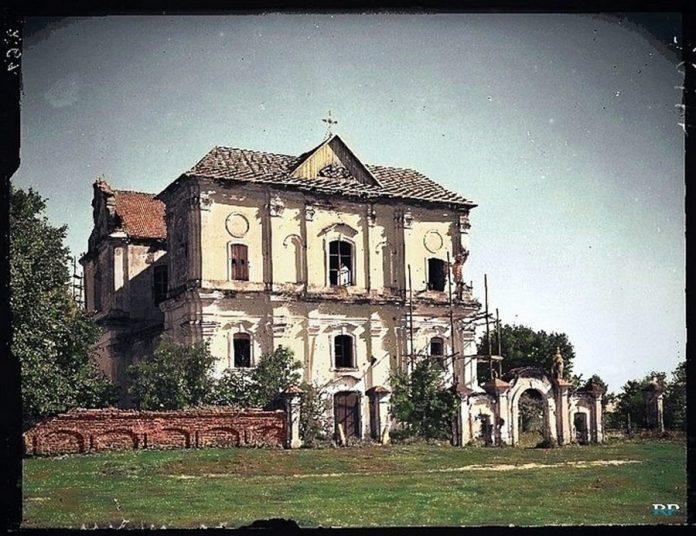 Костел святого Івана Євангеліста у Любешові. Костел монастиря піярів, побудований у 1762 році, був одним з найбільших храмів на Поліссі. Зруйнований вибухівкою у 1969 році. Фото міжвоєнного періоду.