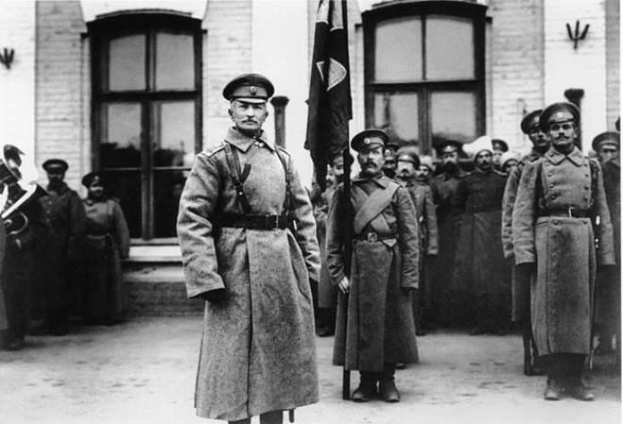 Командувач 8-ї армії генерал-ад'ютант А. Брусилов на станції «Рівне» в очікуванні прибуття імператора