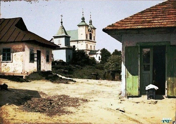 Вид на Преображенську церкву у Локачах. Барокова уніатська церква була побудована у 1760 році і розібрана у 70-их роках ХХ ст. Фото початку ХХ століття.