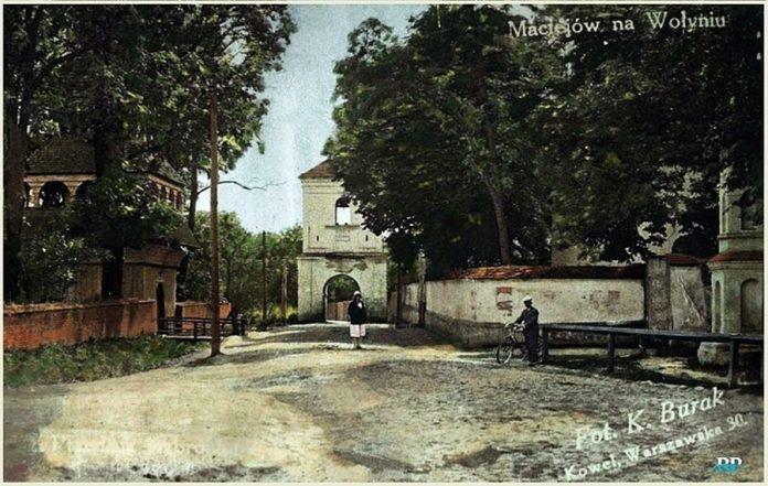 Любомльска брама у Мацеєві. Міська брама у Мацеєві, що тепер носить назву Луків, була зведена у першій половині XVIII ст. при в'їзді до містечка та знаходилася між церквою та костелом. Розібрана після ІІ світової війни. Фото 1930-х.