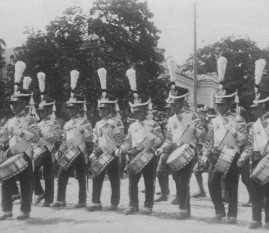 Підрозділ барабанщиків 45-го полку стрільців кресових в історичних мундирах. Дефіляда біля гарнізонного Будинку жовніра (тепер — Будинку офіцерів)