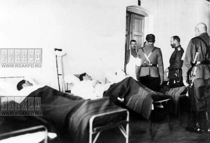 Микола ІІ спілкується з пораненими в Рівненському госпіталі