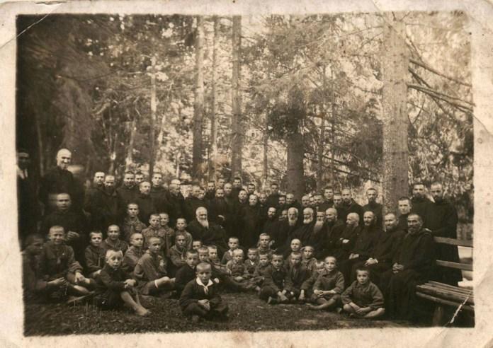 Митрополит Андрей та о. Климентій з монахами-студитами і хлопцями.  Захоронка в Уневі. 1930 р.