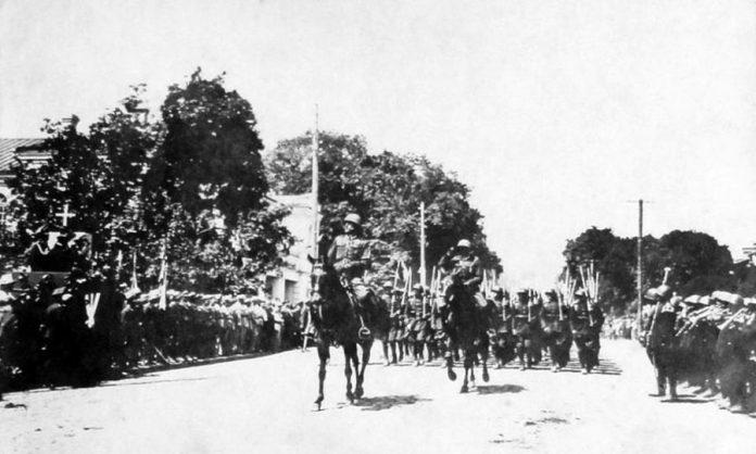 Дефіляда вояків польського гарнізону з нагоди свята польської Конституції. Ліворуч видно Будинок жовнір