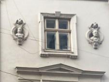 Львів, будинок по вулиці Театральній, 2. Скульптурні портрети за проектом Івана Левинського.