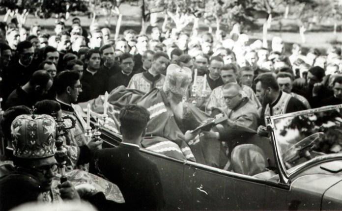 Митрополит Андрей Шептицький в авто в оточенні семінаристів, 30-ті рр.