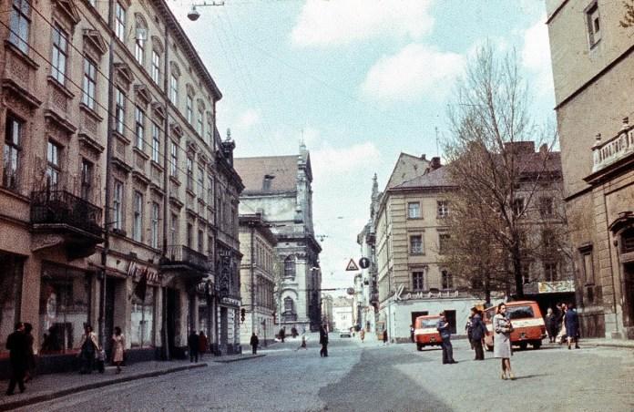 Львів, вулиця Театральна, праворуч площа Катедральна. Фото 1979 року.
