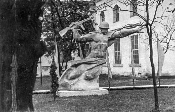 Скульптура радянського солдату біля Наукової бібліотеки ім.В. Стефаника (з колекції Романа Метельського)