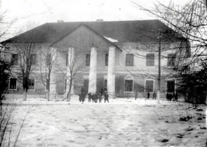 Вигляд палацу, коли там був дитячий будинок