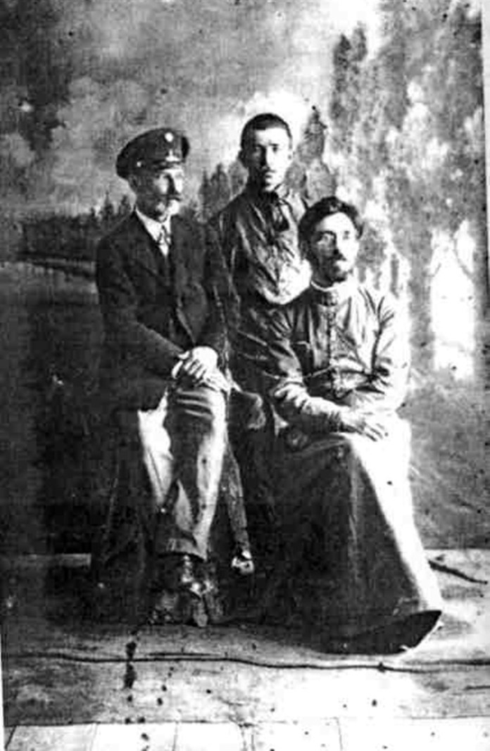 Крайній ліворуч Аполлінарій Вишневський