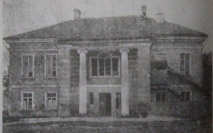 Вид з двору, 1930-і роки. Праворуч ще видно сходи