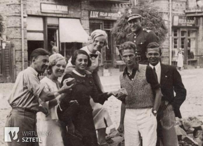 Подруги Гінчанки сестри Анєлєвські (дві білявки). їхній брат Станіслав. У чорній сукні ще одна подруга Зузанни Люся Гельмонт, Рівне, 1937 р.