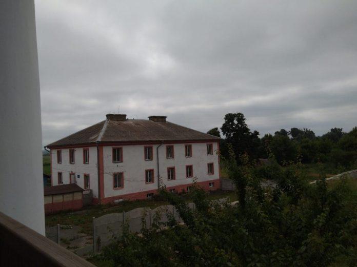Вид на колишню офіцину з балкону палацу. Уже немає бокових балконів із зовнішніми сходами