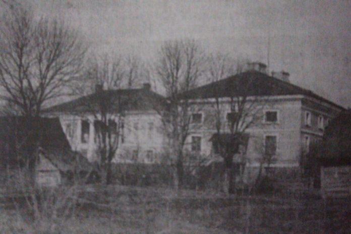 Палац в оточенні тимчасових хлівів і буд. Ліворуч — офіцина, на бокових стінах якої ще є балкончики, фото 1930-х років