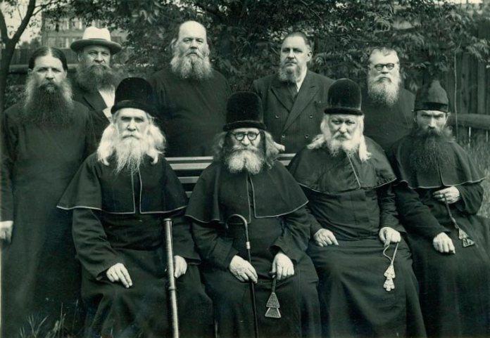 Російські старовіри. Четвертий зліва стоїть Кіріл Александровіч Абрікосов, з яким у Москві зустрічався архімандрит Климентій Шептицький
