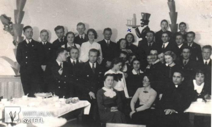 Випускники класу, де навчалася Зузанна Гінчанка в гімназії ім. Костюшка, 1937 р. (хрестиком позначено Зузанну Гінчанку)