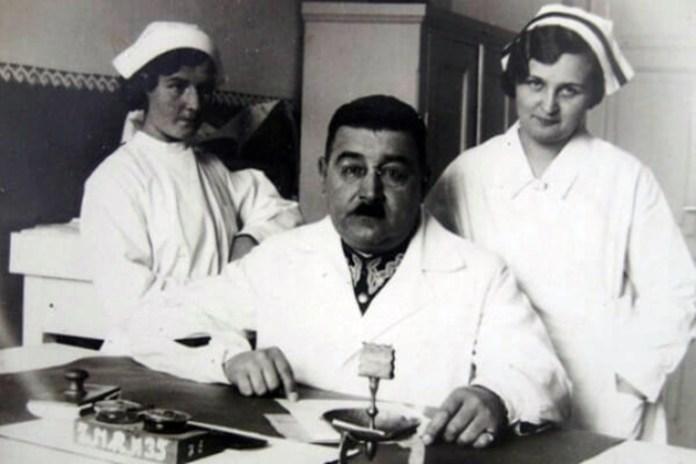 Лікар Микола Прохоров (молодший) з працівницями пологового. Фото 1930-х рр.
