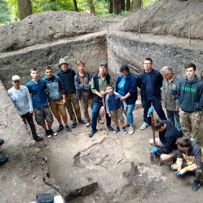 Розкопки на території міського парку у Буську. Фото зі сторінки краєзнавчого музею Буська у Facebook