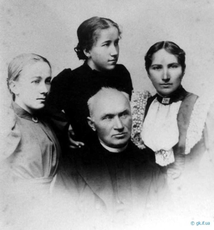Сестри Окуневські з батьком