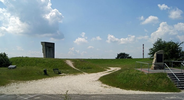 Місця розстрілу в'язнів Плашува. Тепер тут меморіальний комплекс «Люди з вирваними серцями». Можливо тут десь і є безіменна могила Зузанни Гінчанки