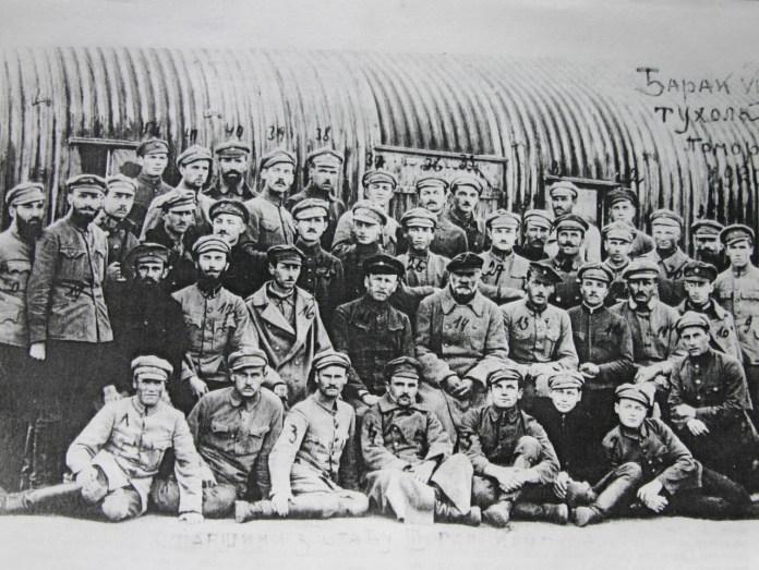 Старшини штабу ІІІ-го корпусу УГА в таборі військовополонених у місті Тухоля, Польща. 1920 рік. В центрі сидять: 13 — отаман Вільгельм Лобковець, 14 — генерал Мирон Тарнавський, 15 — сотник Петро Біґус