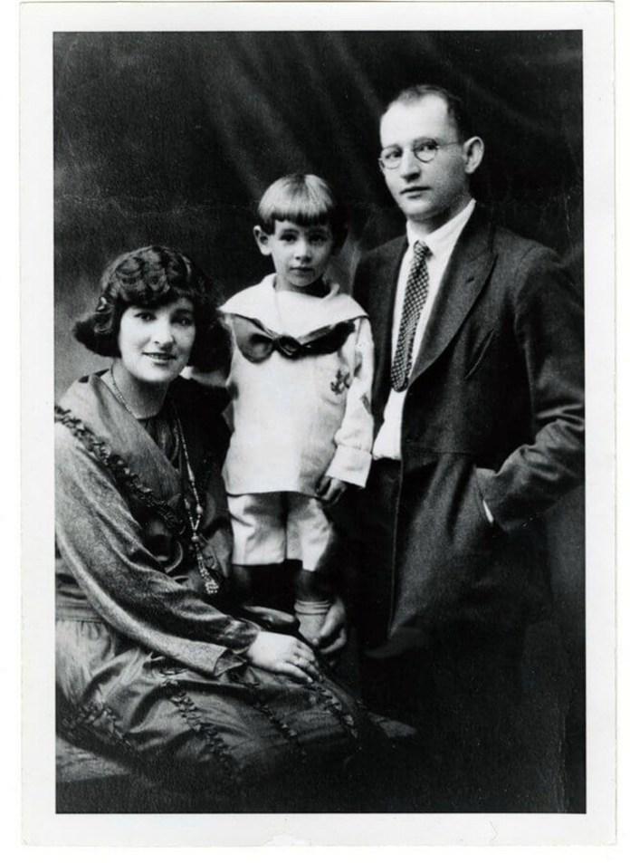 Маленький Луїс (ще не Леонард) з батьками Самуелем і Дженні