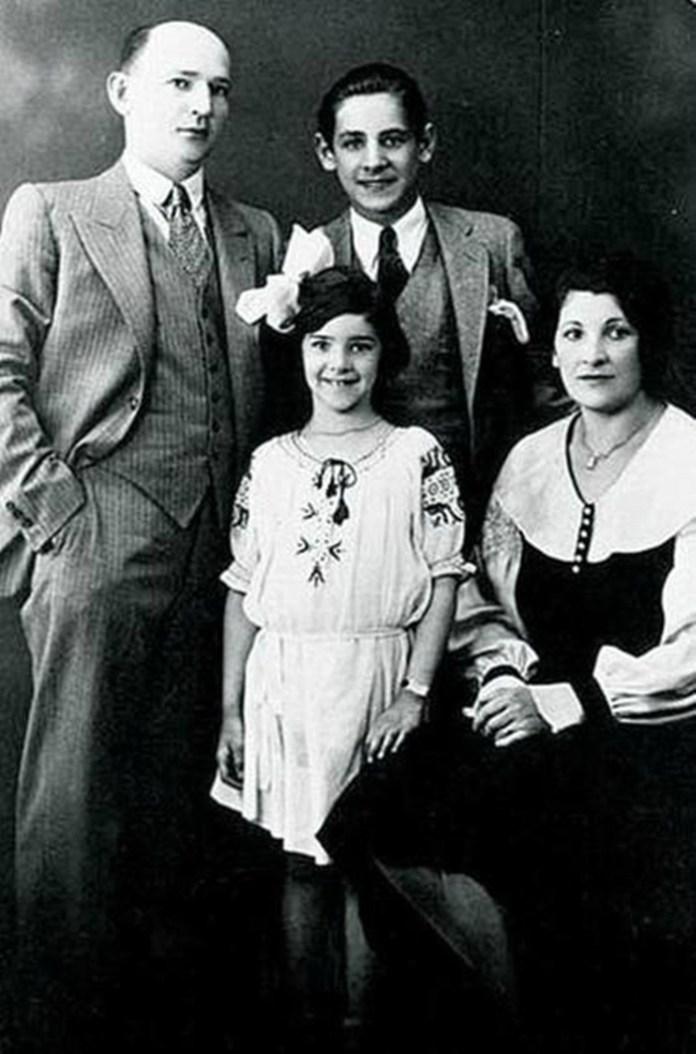 Родина Бернстайнів: батько Самуель, мама Дженні, Леонард і його сестра Ширлі