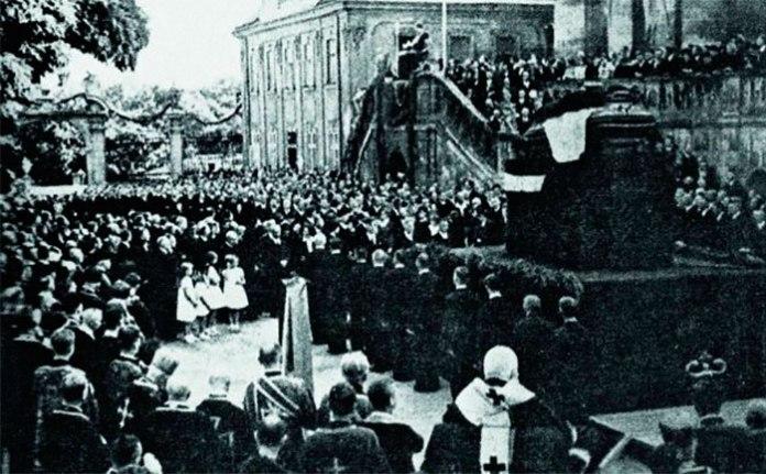 Церемонія прощання з генералом Мироном Тарнавським на подвір'ї собору Святого Юра у Львові, 2 липня 1938 року. На передньому плані сидить обличчям до домовини митрополит Андрей Шептицький