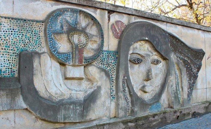 """Мозаїчний рельєф на території колишнього заводу """"Кінескоп"""""""