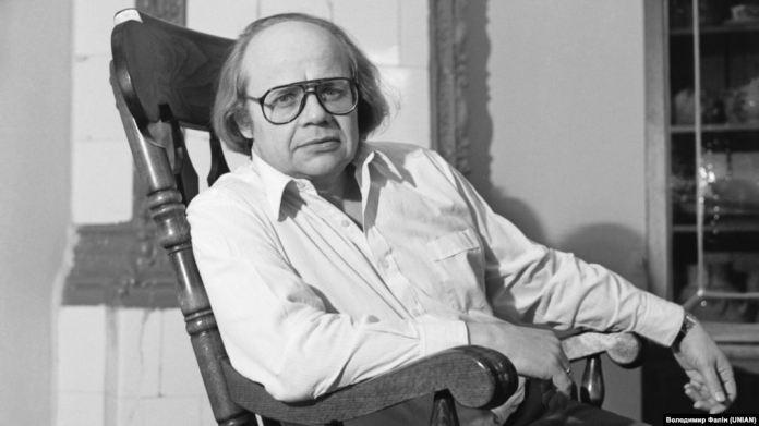 Іван Драч у себе вдома в Києві, 15 січня 1986 року