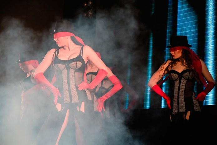 Сцена з арт-кабаре DEKADANCE від ТанцТеатру Ірини Мазур «Життя»