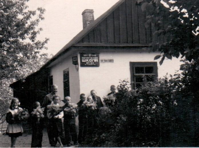 М.І. Кур'яник з учнями біля школи №13 1960-і рр.