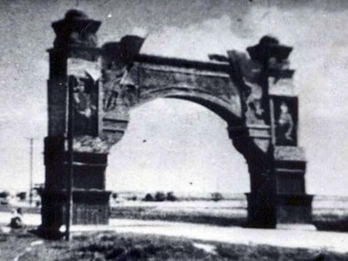 Арка, яка стояла у районі теперішнього автовокзалу до початку 1950-х, відділяючи місто від села