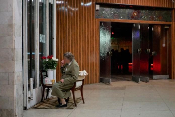 """На вході в """"Шайбу"""" відвідувачів зустрічає суворий контролер, яка працює тут не один десяток років. Фото: Ельдар Сарахман"""