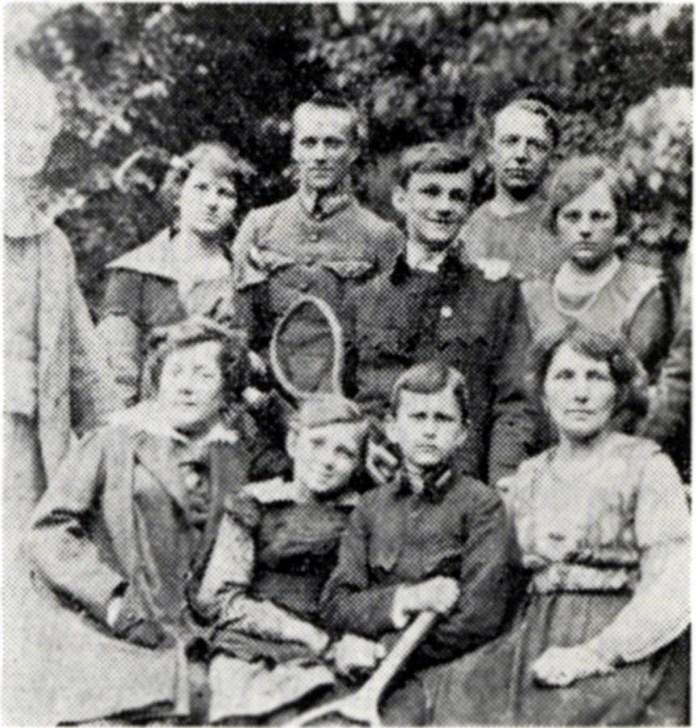 Середній рядок (зліва направо): сестра Ірина, брат Лев, і Стефанія Туркевичі, близько 1915