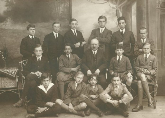 Станіслав Радзівілл третій зліва на підлозі