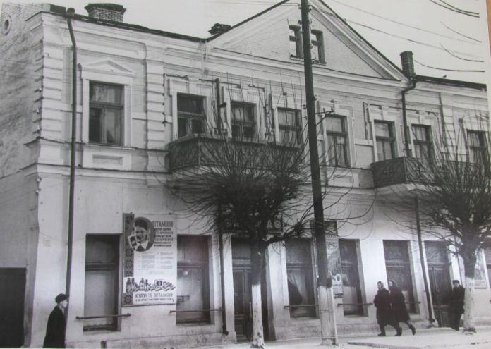 Так у 1940-і виглядав будинок, що навпроти Свято-Воскресенського собору, зберігся донині