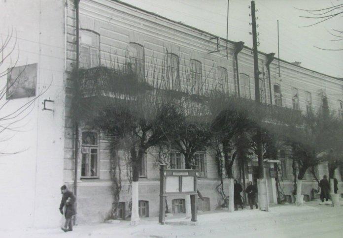 Тут засідала міська рада і виконком (будинок був трохи вище нинішнього ЦУМу по сучасній Соборній, не зберігся до наших днів)