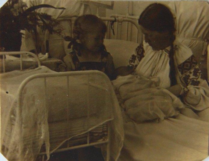 Бригітта з немовлям і донькою Надею. Рівне, пологовий будинок, 1932 рік