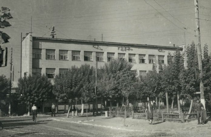 Сквер на розі Сталіна-17 Вересня (сучасних Соборної-Чорновола)