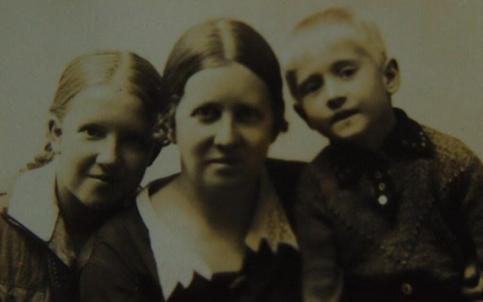 Надія і Володя Косміаді з мамою. 1940 рік